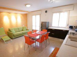 soggiorno cucina trilocale completamente ristrutturato residence centrale bibione